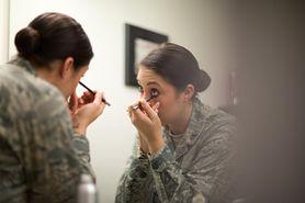 Stosowanie kolorowych kosmetyków może powodować raka. Naukowcy ostrzegają