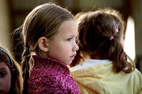 Twoje dziecko jest nieśmiałe? Możesz pomóc ułatwić mu kontakty z rówieśnikami