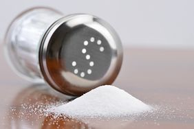 8 produktów, które zawierają dużo więcej soli, niż myślisz