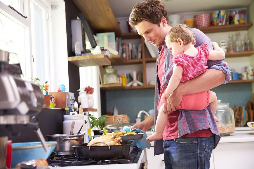 Tata z dzieckiem gotuje