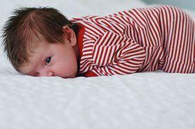 Spanie niemowlaka na brzuchu