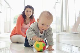 Raczkowanie - kiedy niemowlę rozpoczyna swoje pierwsze wędrówki?