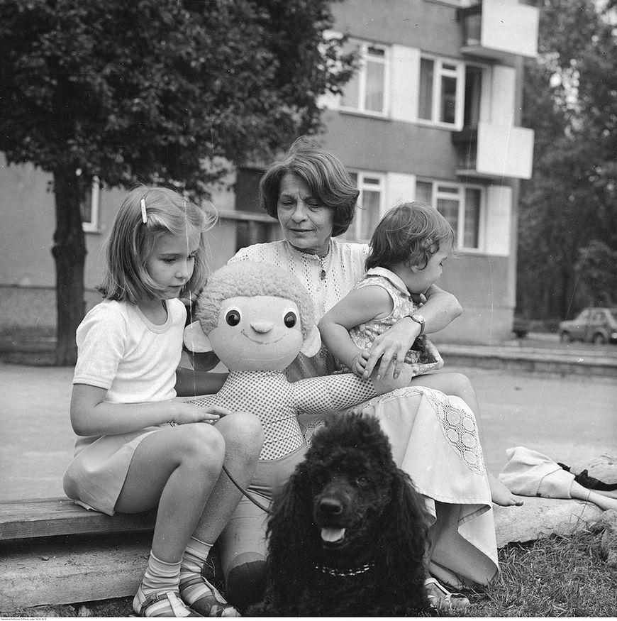 Na spacerze z mamą, psem i ulubioną maskotką