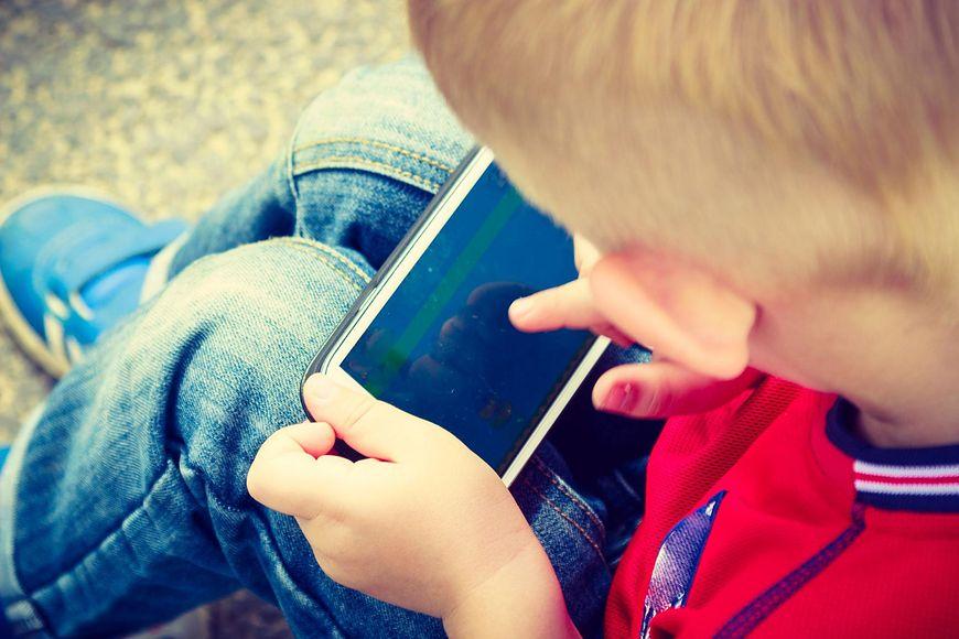 Uzależnienie od telefonów dotyczy coraz młodszych dzieci. Często to wina rodziców