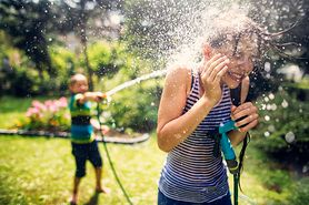 Śmigus - dyngus. Skąd pochodzi tradycja świątecznego polewania się wodą?
