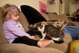 Kot bez łapki, zaadoptowany przez dziewczynkę bez ręki. Teraz są najlepszymi przyjaciółmi