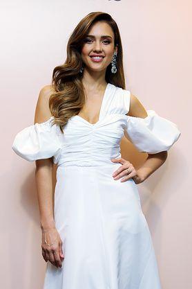 STYLOWE MAMY: Jessica Alba w białej sukience Self Portrait