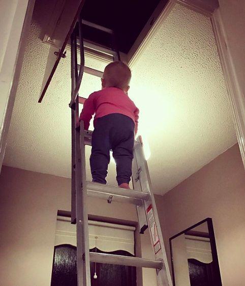 Hannah wspina się po wysokich drabinkach