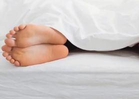 Cztery nietypowe, ale skuteczne sposoby na problemy ze snem (WIDEO)