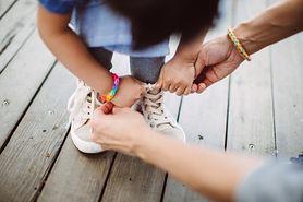 Loom bands. Bransoletki z gumek mogą być niebezpieczne. Chłopiec prawie stracił rękę (WIDEO)