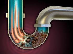 Domowy sposób na udrożnienie rur. Co zamiast chemicznych środków? (WIDEO)