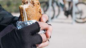 Nie zawijaj resztek jedzenia w folię aluminiową (WIDEO)