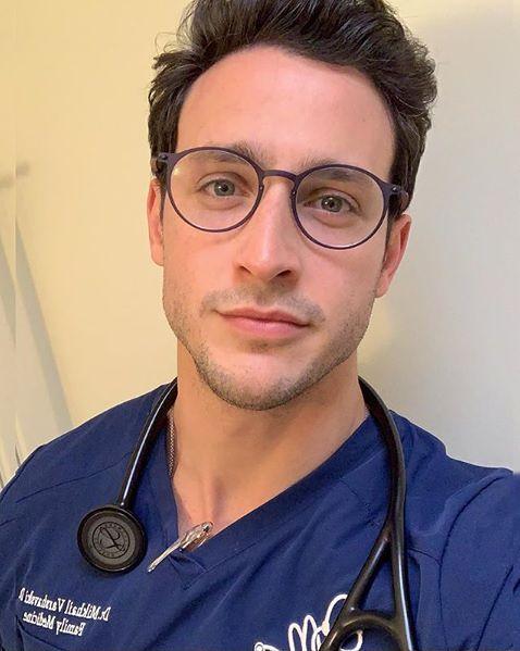 Przystojny lekarz