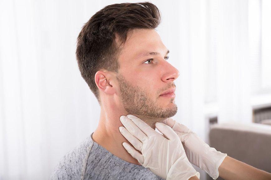 123rf.com Plamy na szyi mogą mieć podłoże chorobowe