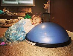 Jej dzieci zasną wszędzie. Mama publikuje urocze zdjęcia