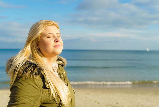 5 znaków, że masz niedobór witaminy D. Zobacz, kiedy należy ją suplementować