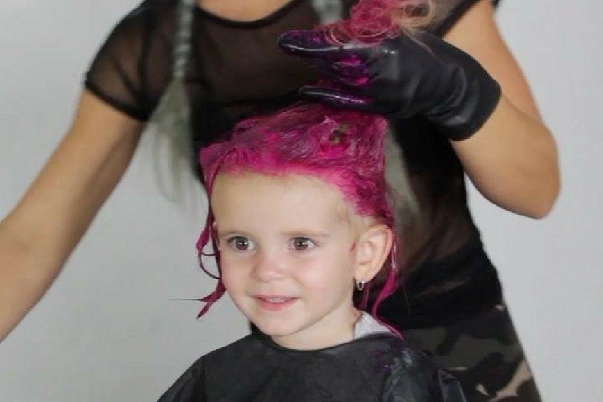 Charity maluje włosy córce