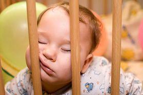 Budzenie się niemowląt - rytm snu, powody, przesypianie nocy