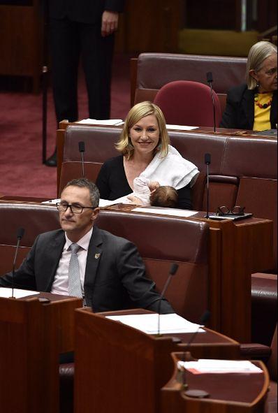 Larissa Waters jako pierwsza w historii karmiła dziecko piersią w parlamencie