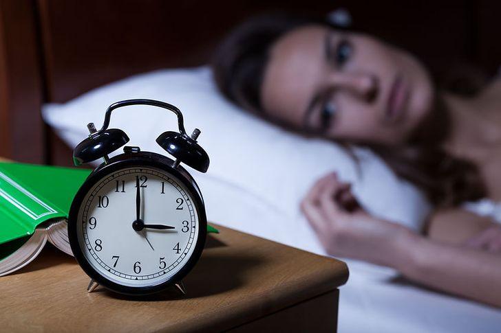 Co warto jeść przed snem? Produkty wspomagające produkcję melatoniny