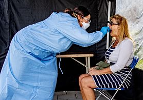 Koronawirus. Czy zmiany w jamie ustnej mogą świadczyć o zakażeniu? Prof. Simon komentuje