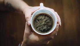 Kawa z dodatkiem kurkumy i pieprzu. Dlaczego warto ją pić regularnie?