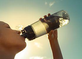 """Butelkowana woda mineralna czy """"kranówka""""? Jaką wodę warto pić?"""