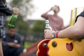 Nastolatki piją w samotności. Rodzice nie widzą problemu