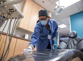 Noszenie maseczki powoduje próchnicę? Dentyści apelują, aby uważać na oddychanie