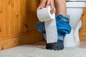 Pasma śluzu w moczu – kiedy powinien niepokoić?