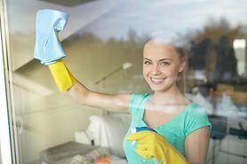 Trik, który trzeba wykorzystać podczas mycia okien. Działa za każdym razem