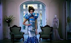 Jak wygląda sukienka, która reaguje na ruch dłoni? (WIDEO)