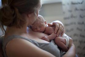 Noworodek nie może zasypiać na piersi rodzica. To grozi uduszeniem