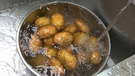 Sposób na zapalenie oskrzeli. Okład z ziemniaków (WIDEO)