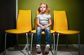 Dzieci czekają w długich kolejach do lekarzy