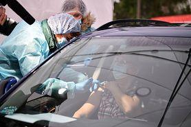 Szczepienia na COVID. Ruszają punkty szczepień drive-thru. Eksperci mają wątpliwości: To procedura medyczna, a nie fast-food