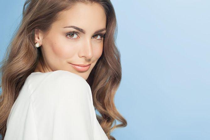 Чистка лица может сопровождаться массажем, стимулирующим микроциркуляцию в коже.