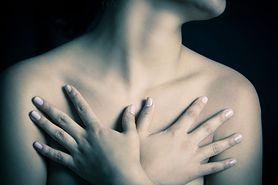 Jak zmieniają się kobiece piersi z wiekiem? Sprawdź dlaczego tracą jędrność