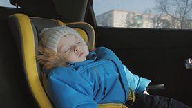 Dzieci nie mogą spać w fotelikach samochodowych. To śmiertelna pułapka (WIDEO)