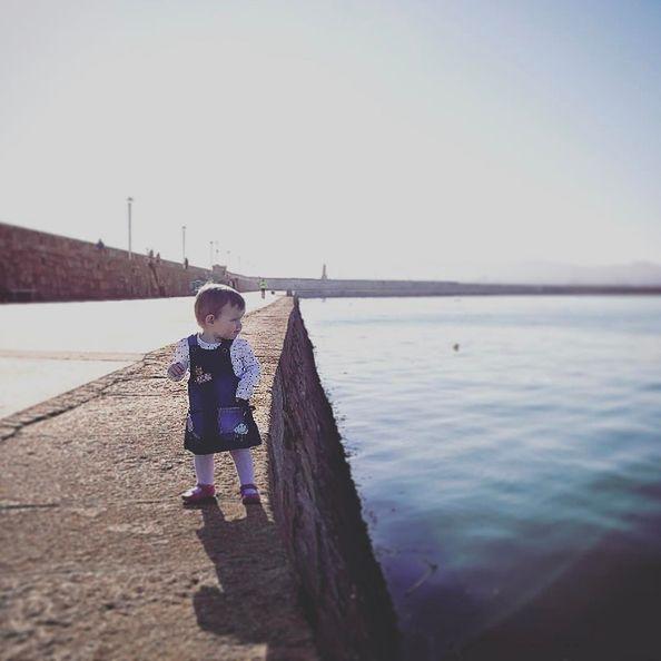 Hannah sama spaceruje nad ostrym brzegiem morza