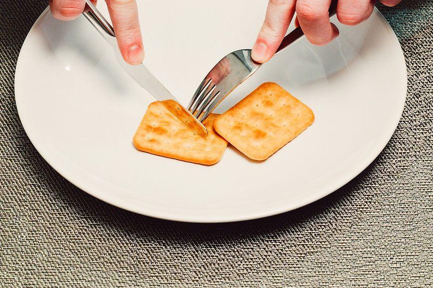 Krakersy i ciastka także nie sprzyjają produkcji tego hormonu