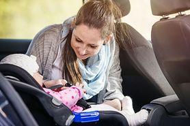 Rodzice nie powinni siedzieć z dziećmi z tyłu w aucie. To niebezpieczne