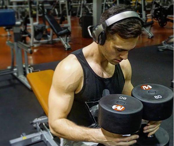 Andrew codziennie ćwiczy na siłowni