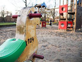 Ktoś rozlał żrącą substancję na placu zabaw. Ucierpiał mały chłopiec