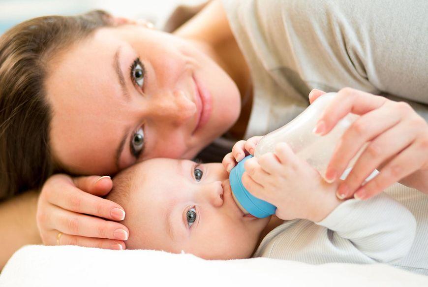 Matka karmiąca dziecko butelką