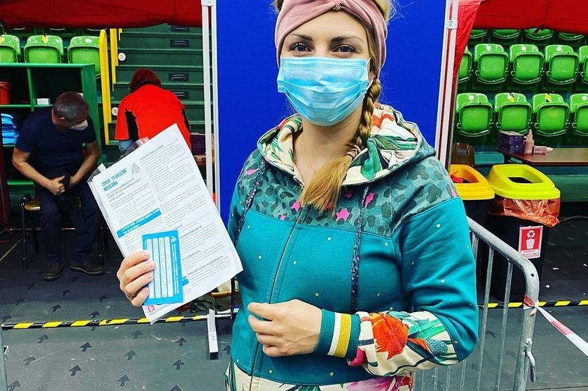 Ciężarna posłanka zaszczepiła się przeciw COVID-19. Zaatakowali ją antyszczepionkowcy