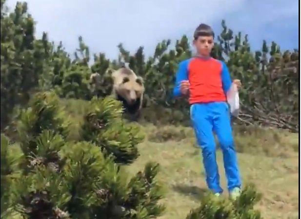 Chłopiec powoli oddalił się od idącego za nim niedźwiedzia