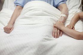 Drastyczny wzrost zgonów wśród osób po 65. r.ż. Nie ma związku z pandemią SARS-CoV-2