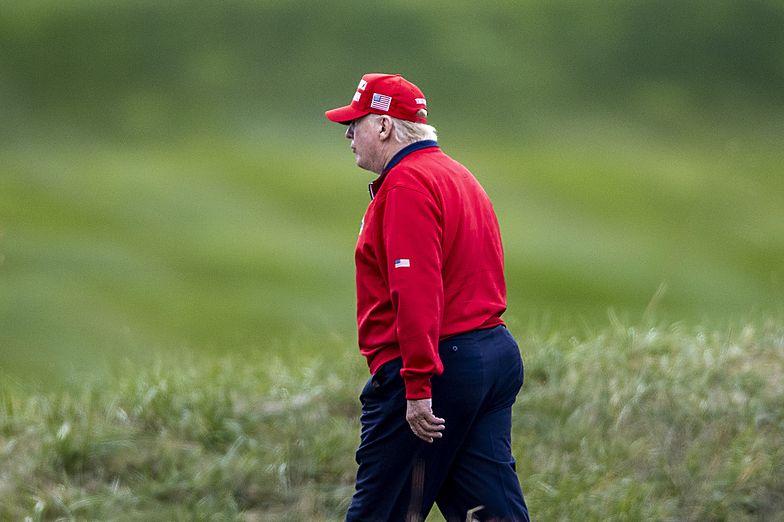 """Napisy nad polem golfowym Donalda Trumpa. """"Ciepłe przywitanie"""""""