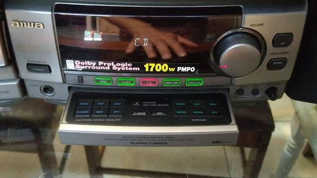 ...oraz wysuwany panel sterujący ustawieniami dźwięku.